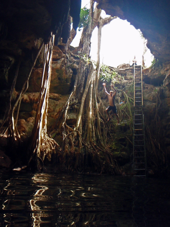 Cenote_in_yucatan_near_merida_jump