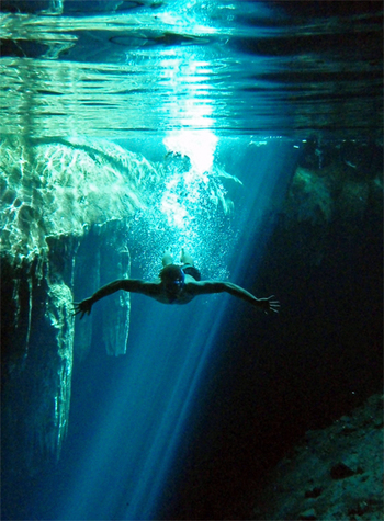 Cenote_in_yucatan_near_merida_und_2